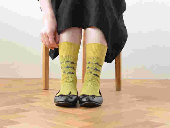 主張しすぎない柄だから、柄ものに抵抗感のある方でも挑戦しやすい。こちらの「シトラス」カラーは落ち着いた雰囲気の黄色で、足元だけ浮いてしまうようなことがなく、どんなアイテムとも相性が良さそうですね。