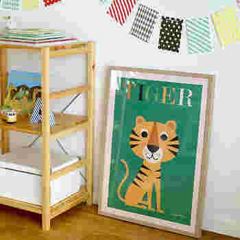 スウェーデンを代表するイラストレーター、インゲラ・アリアニウスのポスターはポップでキュートなイラストが子供部屋の雰囲気にぴったり。まるで絵本から抜け出したようなトラさんがいたら、お部屋で遊ぶのが楽しくなりそうです。