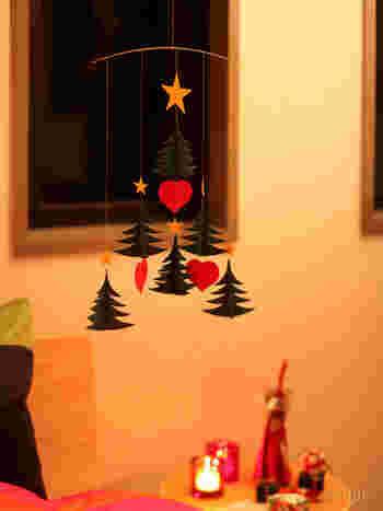 ツリーが置けないお部屋には、 ゆらゆら揺れるモビールツリー。  独り暮らしのクリスマスにも、最適ですね。