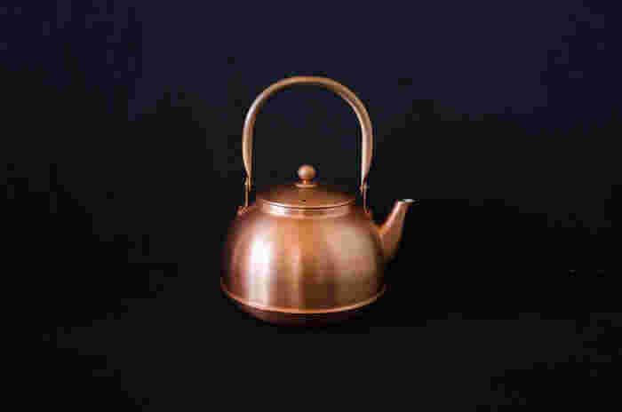 日本の素材や技術を活かしたクオリティの高いアイテムを生み出している「東屋(あづまや)」の銅のやかん。