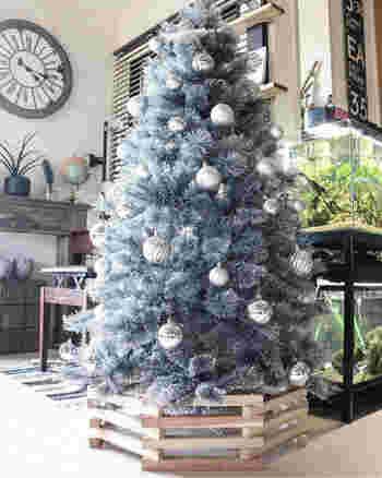 クリスマスツリーを美しく引き立ててくれる「ツリーカバー」。ツリーの足元がちょっと寂しい…という時に取り入れると、さらに豪華な雰囲気を演出できますよ♪  〈用意するもの〉 ・33×33×300㎜の木材 28本 ・八角形の模型紙(なくても大丈夫ですが、あるとより綺麗な八角形を作ることができます。) ・ドリル ・ビス