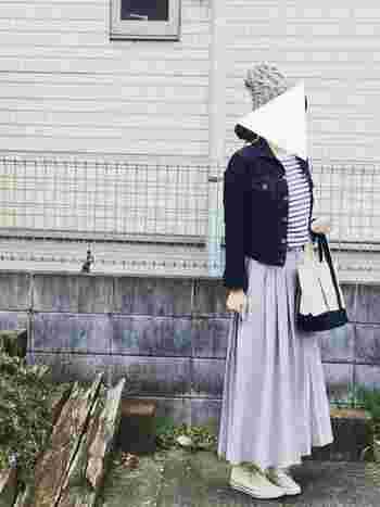 もうスカートにしか見えない!そんなパンツが続々登場しています。こちらは「スカーチョ」と呼ばれるガウチョパンツがさらにスカートっぽく広がったもの。ボーダーカットソーにスニーカー。シンプルなカジュアルコーデもロングスカートに見えるスカーチョを合わせればちょっぴりお上品に♪ 春色を合わせた素敵なコーディネートですね。