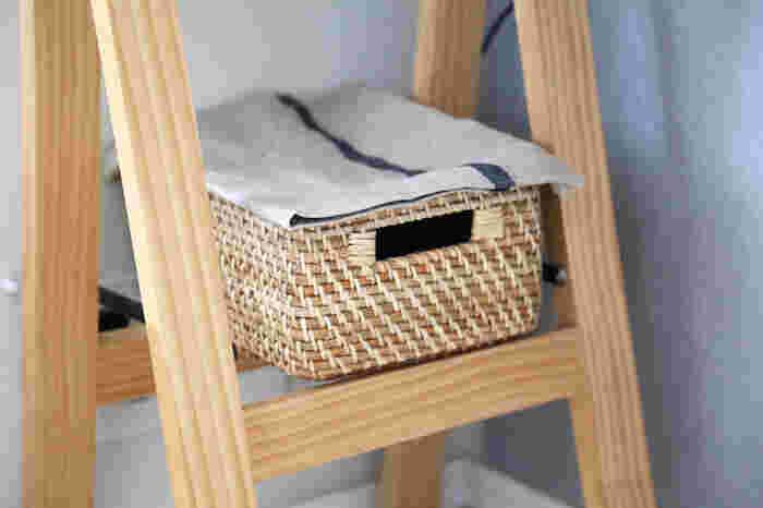 ニトリの積み重ねバスケットは、取っ手部分の穴に配線を通すことができ、熱もこもらないので、ルーター収納にぴったりなんです。専用のふたを使ってもいいですが、100均などで買ったお気に入りの布をかけて使ってもおしゃれ。