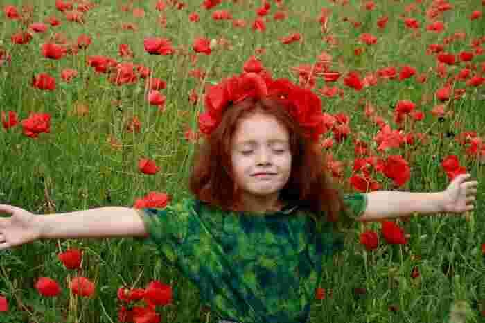 子どもの頃、夢中で読んだ『赤毛のアン』。詳細なストーリーはおぼろげですが、美しいグリーン・ゲイブルズの風景と、アンの多感でみずみずしい感性に、心ときめかせた思い出は鮮明です。新訳も出ているので、大人になった視点でじっくり読み返してみるのもいいかもしれません。