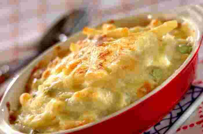 オーブン料理といえば、マカロニグラタンを思い浮かべる人も多いですよね。永遠の定番、マカロニグラタンは基本をしっかりとおさえておけば、中に入れる具材をアレンジすることでバリエーション豊かに展開していくことができるお料理です。