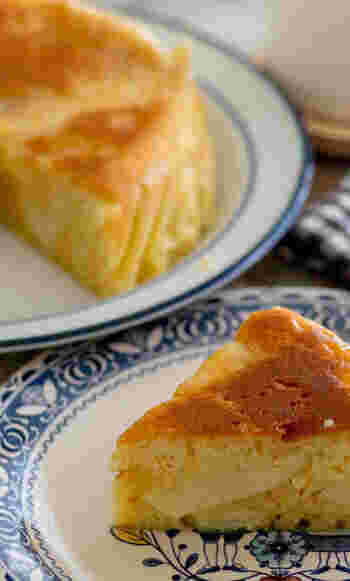 薄切りにしたりんごを敷き詰めて砂糖とシナモンをふりかけたら、ヨーグルト入りの生地を注いで、炊飯するだけ。本格的なりんごケーキも、ホットケーキミックスと炊飯器ならお手軽に仕上がります。 しっとり食感と甘酸っぱい味が、クセになるおいしさ。クッキングシートを使えば、気になるにおい移りも防げますよ。