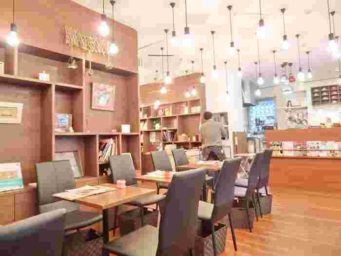 こちらはオフィス街の真ん中・虎ノ門にある「森のこぶた」。ニットはもちろん、手芸ならなんでもOKのニットカフェです。なんとニットカフェとしては、日本初のお店なんだそう!