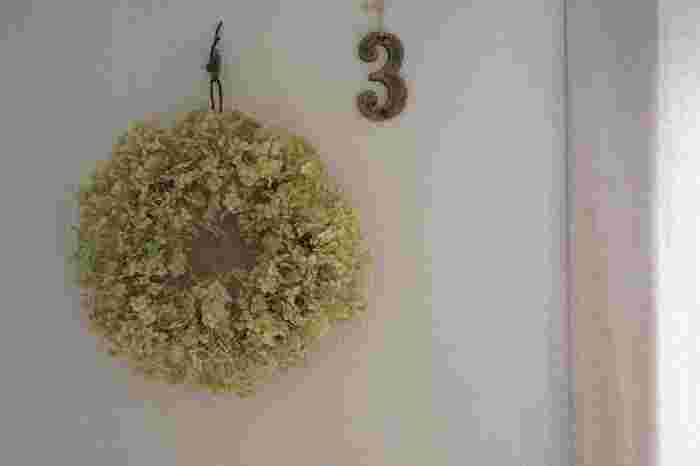 ドライフラワーは、季節を問わずに手に入ります。市販のリースの土台を使ってリースを作ってみましょう。飾るとナチュラルなお部屋になりますよ。