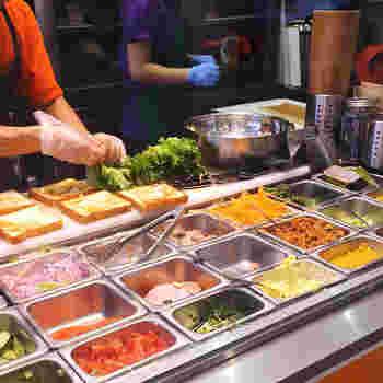 靭公園の南側に位置する【ジューシーズ ラボラトリー】は、新鮮な野菜とお肉をたっぷりいただける、サンドイッチ店です。