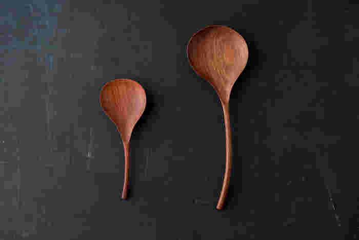 丸みのある優しいフォルムの木のカトラリー(レードル)。かりんの木を使い、自然のオイルで仕上げされています。こんな素敵なレードルで料理をよそうのも楽しいですし、お友達を招いたときにはサーバーとしてお皿に添えるのもいいですね。