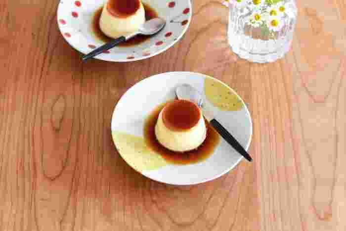 お皿の直径は約15.5cm。 お漬物や副菜をちょこんと盛りつけたり、取り分け皿として使ったりと、使い勝手の良い程よい大きさなのが魅力的。フチ部分は緩やかに立ち上がっているので、多少汁気のあるお料理の盛り付けでも安心です。  和にも洋にもよく似合うお皿は、お食事や、おやつタイムに…日々の食卓を彩ってくれる器です。