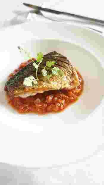 魚のポワレやポークソテーのソースに使えば、見栄えもよく、ちょっとスペシャルな一品に。真っ白なお皿にトマトの赤が鮮やかできれい。お家でレストラン気分を楽しめますよ。