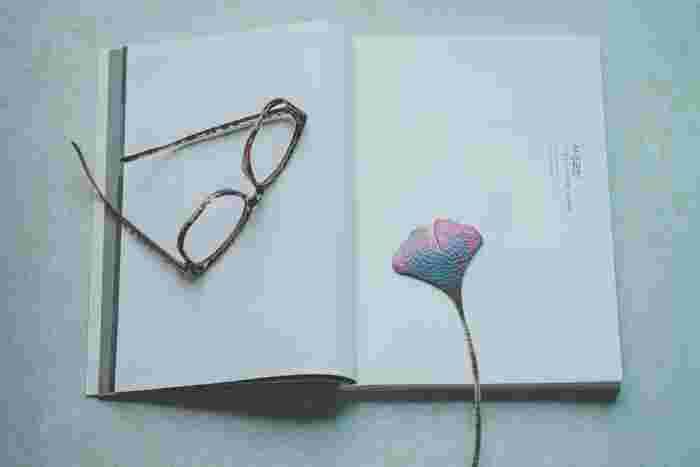 読書中って、つい集中して読みふけってしまうもの。読むのを一旦やめると、一気に現実へ引き戻されます。そんなときにお気に入りのしおりがあると残念さがちょっと緩和されて、読書がより愛しいものになります。