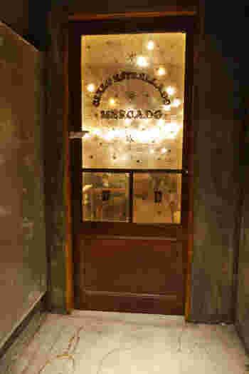 まずはじめにご紹介するプラネタリウムカフェ&バーは、渋谷などに店舗を持つ「and people ginza」です。こちらは、ロマンチックな空間とおしゃれな料理が人気を集めるスポットです。