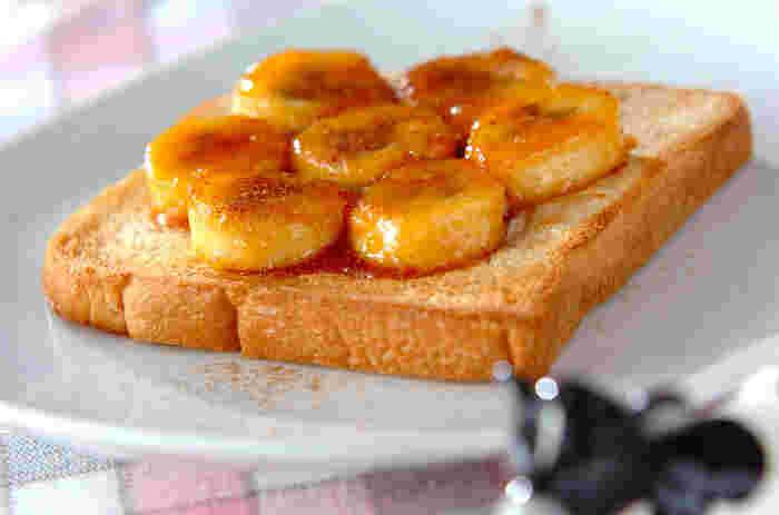 火にかけてとろりと甘くなったバナナに、キャラメルソースをからめたスイーツ感覚のトーストアレンジ。手のかかりそうなキャラメルソースは、砂糖と水だけで作れるので意外と簡単です。シナモンパウダーを振って、ちょっぴり大人な味わいに。