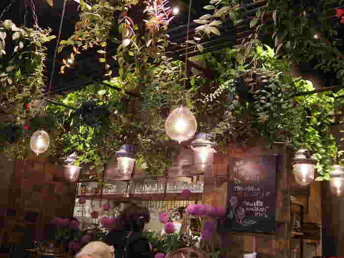 Aoyama Flower Market TEA HOUSE赤坂Bizタワー店は、花と緑に囲まれた空間に癒される、温室をコンセプトにしたお花やさん発信のカフェです。空間いっぱいに広がる緑と、自然に咲く姿を再現して活けられた旬の花々...空間全体が楽しめて、花と緑が生活の一部に感じられるグリーンスポットです。