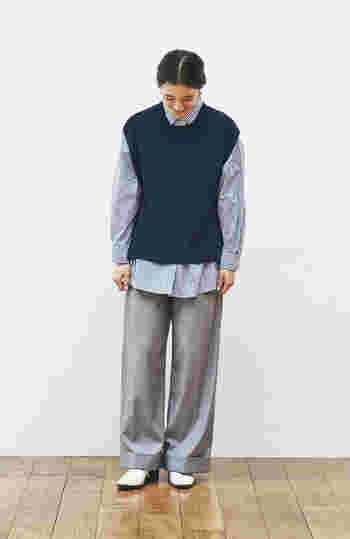 ネイビーのベストはブルーのシャツと合わせて、グラデーションスタイルにすると、周りと差がつくコーデに。ゆったりとしたサイズ感なので、パンツもゆるっとリラックスして穿けるデザインを選ぶとグッドバランス!