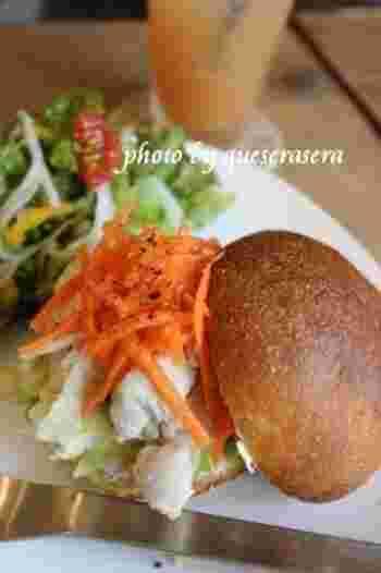 サンドイッチに合うパンにこだわり、ぶどうの自家製天然酵母パンには、長野県産など国産小麦をブレンドした「信濃大地」を使用。他にも、外はカリッと中はしっとりして噛むほどに味わい深い「バゲット」や、ふわっとやわらかい厚切りの「角食パン」など具材に合ったパンで作るサンドイッチは絶品です。