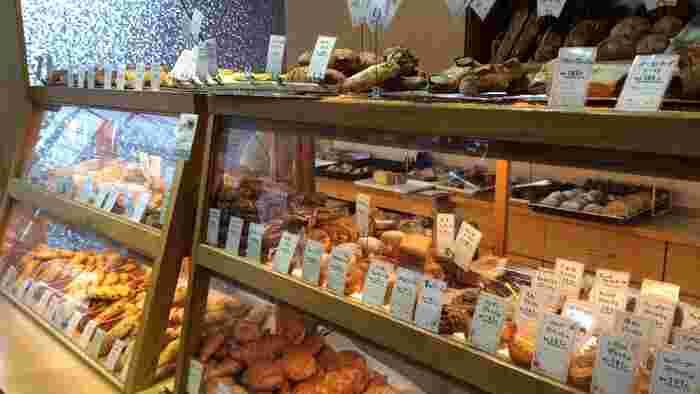 パン屋さんといえば、トングで自分で好きなパンをトレーに乗せていくスタイルが一般的ですが、こちらは対面式。人気や新作を直接ご案内したり、お客さんとコミュニケーションを深めたいという想いが伝わってきます。