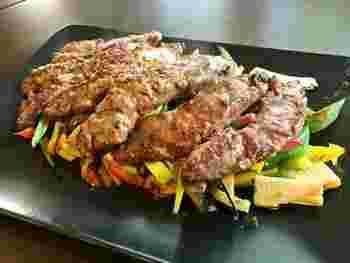 オイスターソースとごま油で作る中華風のステーキソース。洋風のイメージが強いステーキの新しい魅力発見の中華風ソースです。