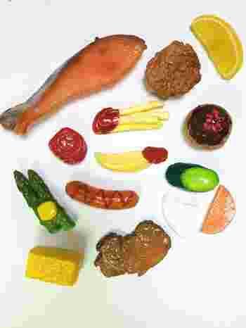 こんがりと焼けた鮭、ケチャップのついたポテト、卵焼きやアスパラガス、梅干し……。 他にも、思わずおなかが鳴っちゃいそうなほど美味しそうな食べ物たちがマグネットに!