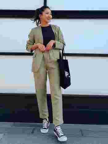 おしゃれに着こなしにしているのは、インナーのシャツやスニーカーでほどよいカジュアルダウンができているから。セットアップをキメすぎず、ヘルシーに着こなしている上級者コーデです。
