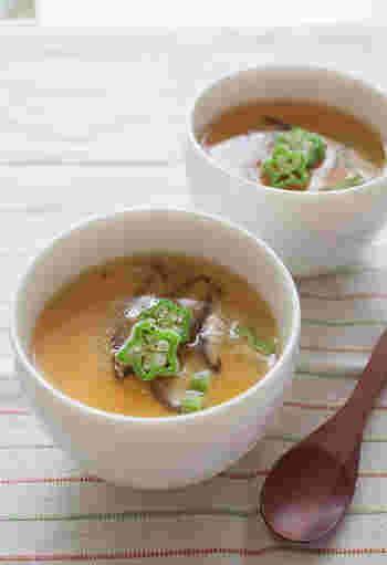 涼し気な冷製茶碗蒸しにも夏野菜のオクラを入れて。相性の良い長芋と一緒に蒸せば、とろりとした食感が上品な1皿に。  鶏ガラスープを加えて、少し中華風の味つけに。生姜が効いた、あんかけをかけていただきましょう。