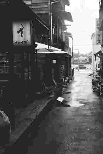 商店街は、路地裏の風景も見どころ! ふと入り込んだ路地裏で出会った隠れ家的なお店や、尾道ならではのレトロな景観に思わずシャッターを切ってしまうこと間違いナシです。