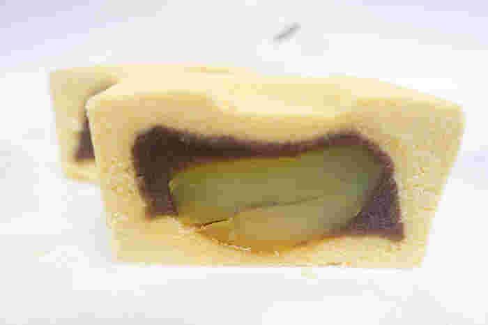 黄身と白あんで作られた黄味羽二重時雨餡にて美しいスクエア型に整えられており、中には粒の大きい栗と小豆餡が入っている上品な味わいのお菓子です。大き目のサイズなので、半分や4分の1にカットすると、断面も見えて美しいです。手土産や差し入れにおすすめの和菓子です。