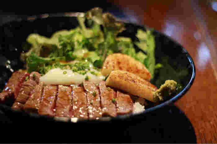 熊本・肥後の赤牛をたっぷりとのせた「赤牛丼」もランチで食べれちゃいます!レアに仕上げた赤牛は、赤身の美味しさを堪能できますよ。温泉卵を赤牛に絡めて食べれば絶品!わさびを添えるとさっぱりといただきましょう。