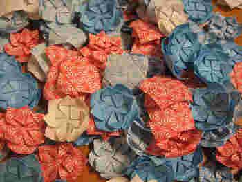 こちらは蓮の花の折り紙。華やかで立体的な形はガーランドにぴったりです。