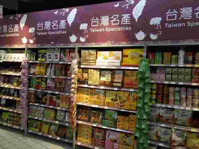入店するとすぐに「台灣名産」コーナーが出現。  ここに台湾茶やパイナップルケーキ、ドライフルーツなど台湾ならではのお土産が集結しています。  筆者はよく出発日前日まで観光し、最終日にスーパーに立ち寄り、まとめてお土産を買うことが多いです。