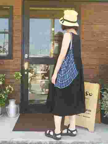 麦わら帽子、ノースリーブワンピと合わせて、砂浜が似合う夏のナチュラルコーディネート。ブルーのトートバッグをアクセントに。