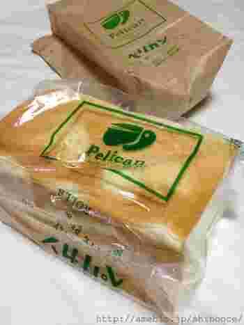 """店名の""""ペリカン""""という名前も可愛らしいですが、こちらの食パンは、包む包装にもペリカンのイラストとロゴが入っています。ペリカンの食パンは、大と小の2種類がラインナップ。おいしい食パンは、大きくても、あっという間に食べれちゃいますね!好きな厚さに切って、いただきましょう♪"""