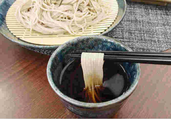 本枯節のだしが香り、奥深い味わいのそばつゆで、年越しそばはいかがでしょうか。他にも冷奴にそのままかけたり、煮物などにも使えて重宝します。