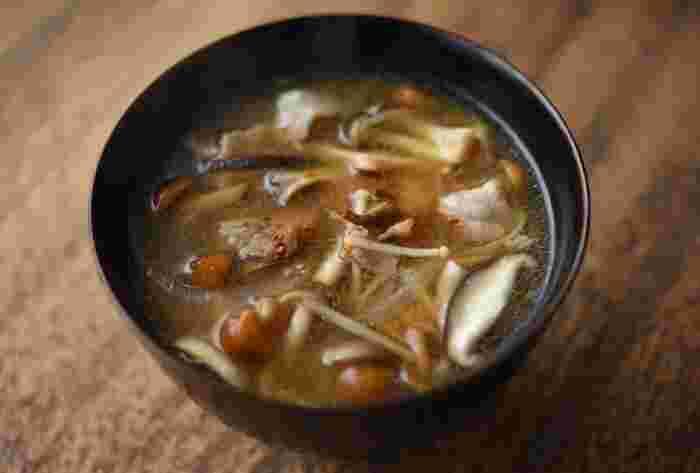 5種類ほどのきのこをたっぷり使って、豚肉・玉ねぎで仕立てる豚汁。きのこと豚肉のうまみが溶け込んでいます。きのこの種類はお好みでOKですが、なめこを入れるととろみがついて冷めにくく、より温かくいただけます。