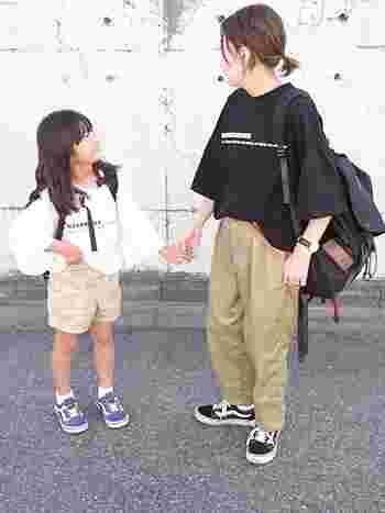 お子さんの手を引いてショッピングの日は、バッグはリュックがママファッションのお約束♪両手を開けておけば子どもとしっかり手をつないで歩けますし、荷物がいっぱいになった時も安心です。