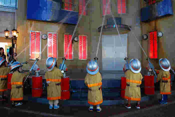 消防士・パン屋さん・お医者さん・ファッションモデルなど、約100種類ものお仕事やサービスを体験できる子供向けテーマパーク「キッザニア東京」。お子さんメインの観光を楽しみたいファミリーにぴったりの施設です。チケットは事前予約がおすすめ。体験したいアクティビティを決めておくとスムーズですよ。