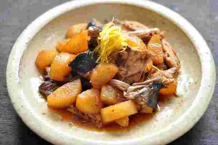 冬に食べたくなる、じゅわっと味のしみ込んだぶり大根は、ご飯にもお酒にも合う冬の代表的な定番和食です。