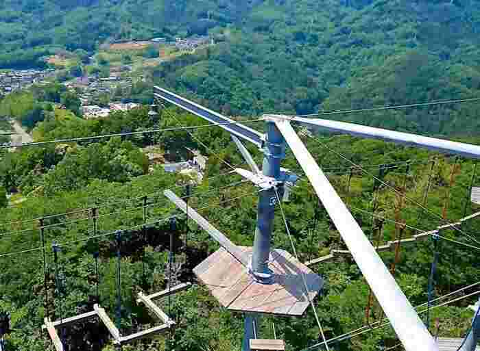 崖からせり出すように建てられているので、360度に絶景が!アスレチックエリアは3階層で、92種類もの鳥肌アクティビティを体験できますよ♪