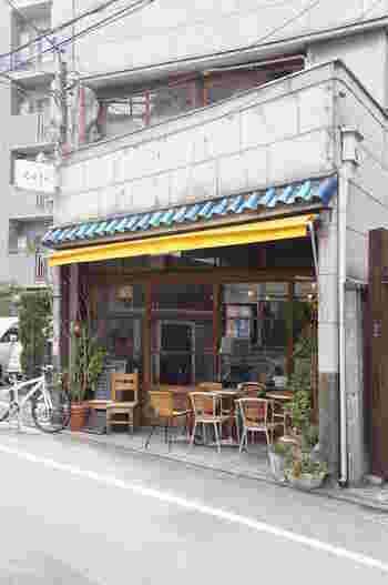日比谷線の入谷駅から歩いてすぐのところにあるイリヤプラスカフェ。古民家カフェ好きの方の間では知る人ぞ知る名店なんです。古いお店や住宅と並んで路地の一角にひっそり佇むレトロな雰囲気が魅力的。