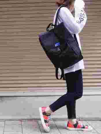 肩ひもを片方だけかけてショルダーバッグ感覚で持つのもお洒落。ひもの長さも着る服によって変えていろいろな表情を楽しみましょう。