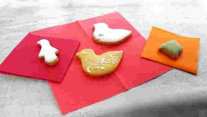素敵なクッキーや焼き菓子がたくさんありますが、ナチュラル派の方の目を惹くのは人気の「鳥のかたちクッキー」です。シンプルながらかわいらしいアイシングクッキーの詰め合わせで、中には色紙が入っており、食べるときにも並べながら楽しむことができます。センスの良い手土産として大変おすすめの一品です。賞味期限は2週間ほどとなっています。