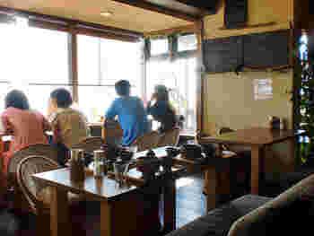 「麻心」は絶好のロケーションにあるオーガニック料理のレストラン&カフェ。画像は、由比ヶ浜が望める窓際のテーブル席です。夕暮れ時のビールもきっと美味しいはず。