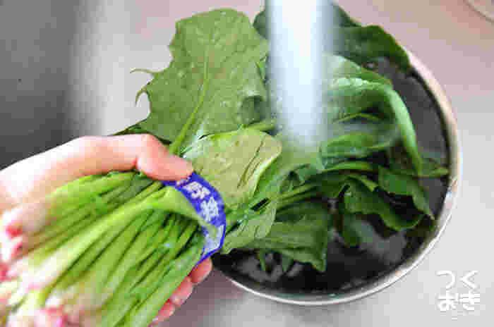 水を入れ替えて、根元の次は葉を洗います。この後、ほうれん草だけを茹でる場合、カットするのは茹であがった後がベスト。 根元に残った土が茹でている間に出てくることがあるので、茹で上がったら一気にザルにあげるのではなく、一株ずつ湯の中で土を振り落とすように少し揺らしてから取り出しましょう。