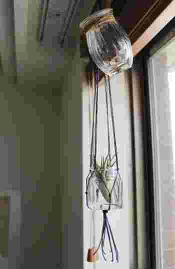 ガラス器を窓辺に吊るせば、光を受けてキラキラと反射します。  拡散した光はゆるやかに、わたしたちを照らします。