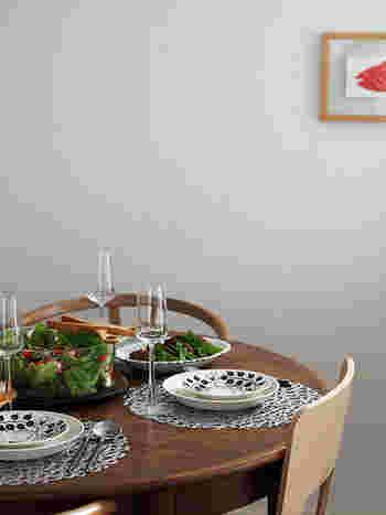 レース模様があるだけで雰囲気のあるテーブルになります。