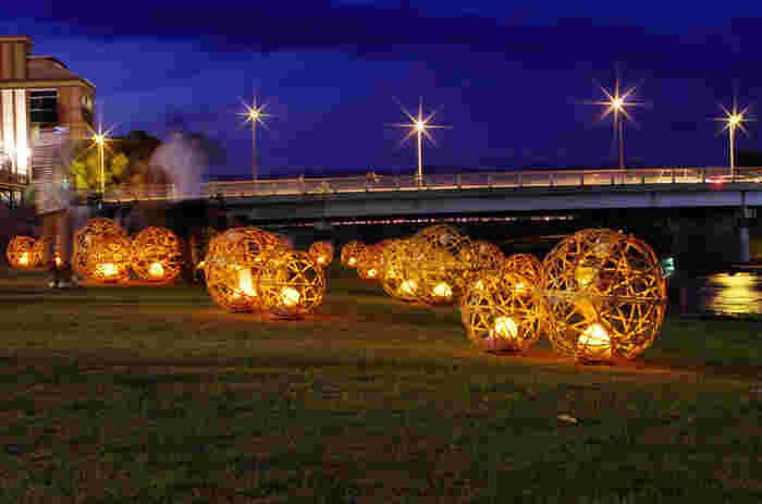 河川敷に並ぶのは、コロンとしたフォルムが可愛らしく美しい「風鈴灯」。 竹かごの中には、京焼や清水焼、京仏具の伝統技術を用いた風鈴が入っていて、LEDで灯された光と共に、涼やかな音色が奏でられます。 (2017年も展示予定)