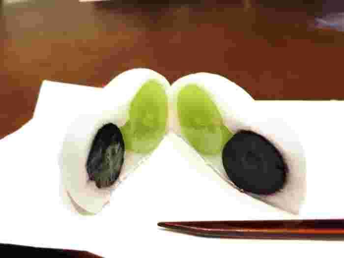 ふわふわやわらかな羽二重餅に、季節の果物がふんわり包まれた「フルーツ餅」もおすすめです。