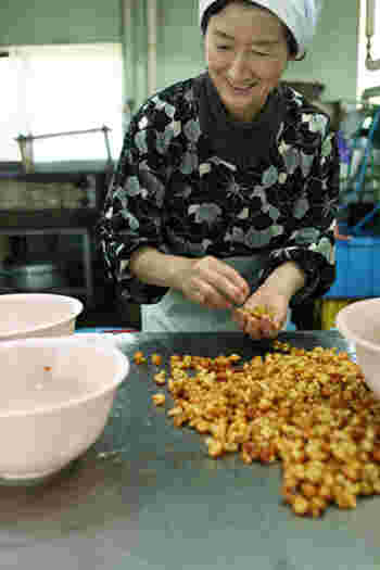 創業明治20年の「佐藤商店」は、昔から地に伝わる食べ物を扱う、家族で営む小さなお店です。徹底的に吟味した天然素材を使用し、添加物・保存料・着色料などを一切使用せず、旬の美味しさと自然の風味を活かした食品作りをしています。